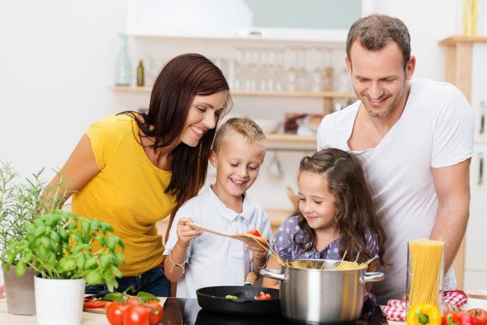 Famille cuisine ensemble eheureux